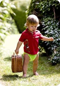 Малыши с удовольствием снимают и одевают многоразовые подгузники