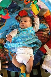 Многоразовый подгузник, подобранный в тон платьица смотрится на малышках красочно и необычно